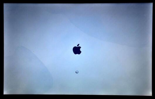 <strong>ØDELAGT:</strong> Mac-en Pawel Bilas fikk låne hadde store skjolder over skjermen, noe som er uheldig når man jobber med grafisk design. Dessuten fikk han heller ikke til å konfigurere den riktig.