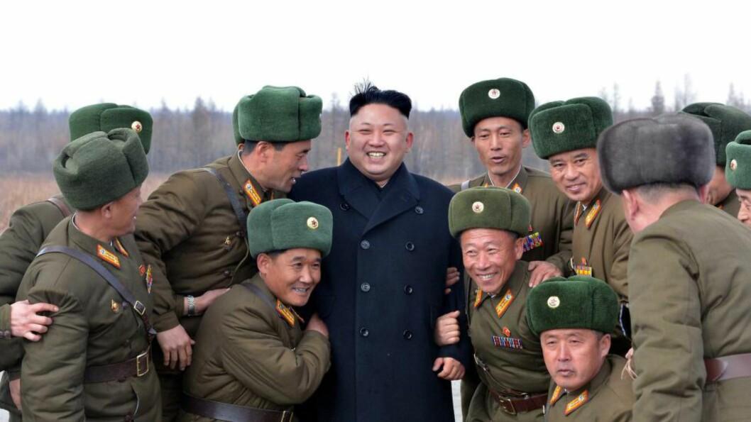 <strong>HYLLES STADIG:</strong>  Her er det offiserer i Nord-Koreas militære som viser sin støtte til Kim Jong-un som ikke overraskende fortsetter som leder i det lukkede landet. Foto: KCNA/AP/Scanpix