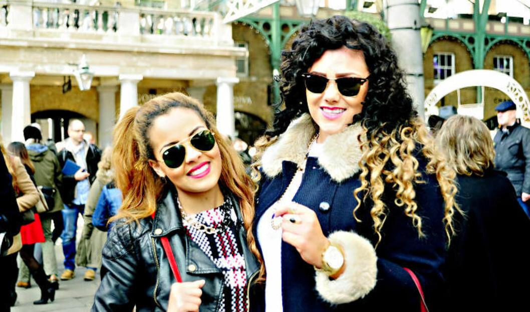 <strong>FORNØYDE:</strong> Emily Burchell (22) og Yasmine Smith (23) reiser til London to ganger i måneden. -  Det spinkle budsjettet vårt går til klær og hår, så gratis opplevelser er helt topp, ler jentene. Foto: MARIANNE WIE