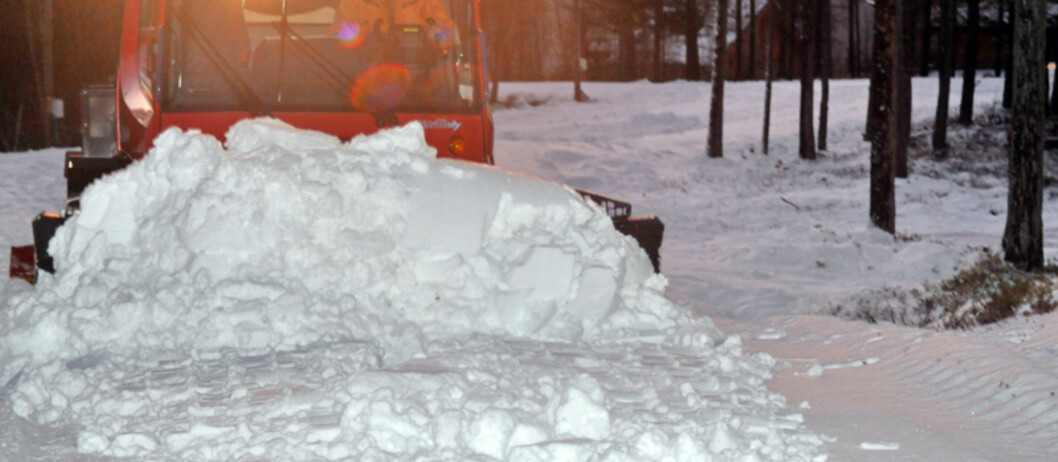<b>SNØFIKSER</b> Arne Stigen ved Trolltun Gjestegård på Dombås holder på å produsere snø for harde livet.  Foto:  Arne Stigen