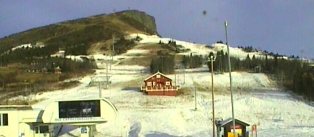 <strong><b>LITE SNØ:</strong></b> Det er ikke mye snø å se på Skeikampen Alpinsenter. Foto: webkamera