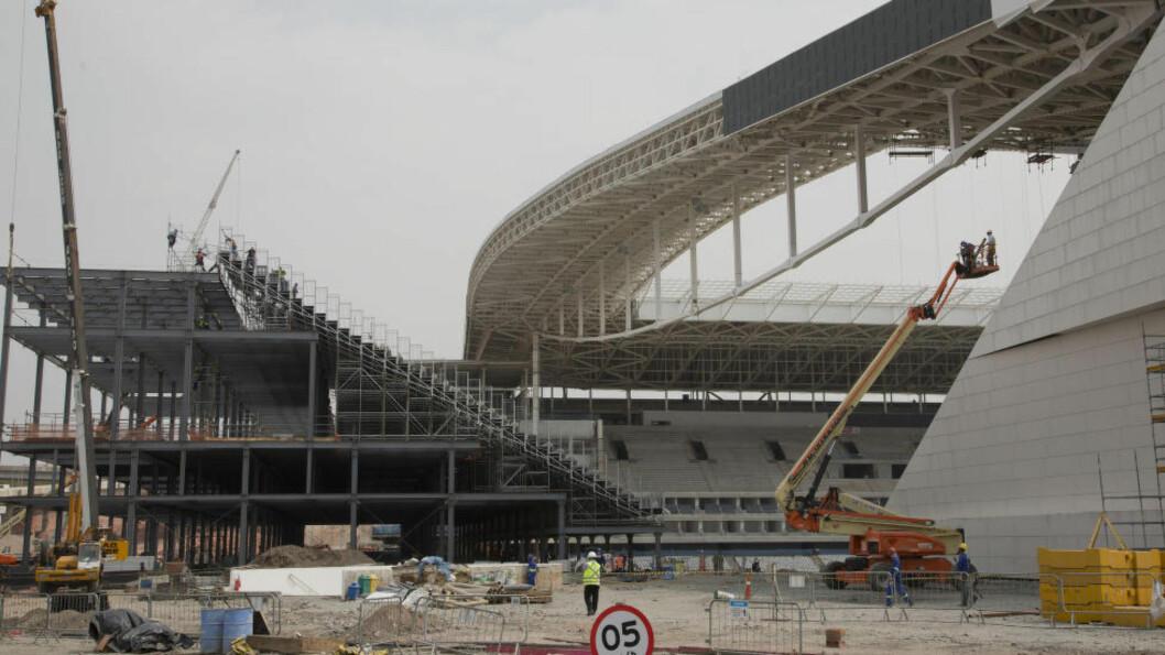 JOBBES: Det bygges på Itaquerao stadium i Sao Paulo. Stadion skal ta nærmere 70,000 tilskuere og skal stå klar til VM. Foto: AP Photo/Andre Penner