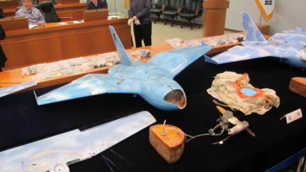 <strong>FRYKT:</strong> I går viste sørkoreanske myndigheter fram dronene som de siste ukene er blitt funnet ulike steder i landet. Alle var utstyrt med digitalkameraer, og har tatt bilder av militære- og regjeringsinstalasjoner før de krasjlandet. Foto: AFP  / South Korean Defence Ministry / NTB Scanpix