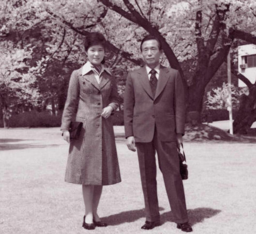 <strong>FAR OG DATTER:</strong> i 2012 ble Park Geun-hye valgt til Sør-Koreas første kvinnelige president. Hennes far, Park Geun-hye (t.h) regnes som en av landets største, men også mest hensynsløse ledere. Han overlevde det nordkoreanske raidet mot Det blå huset. Men ikke rivaliseringen innad i sitt eget regime. Foto: REUTERS/The Saenuri Party/NTB Scanpix