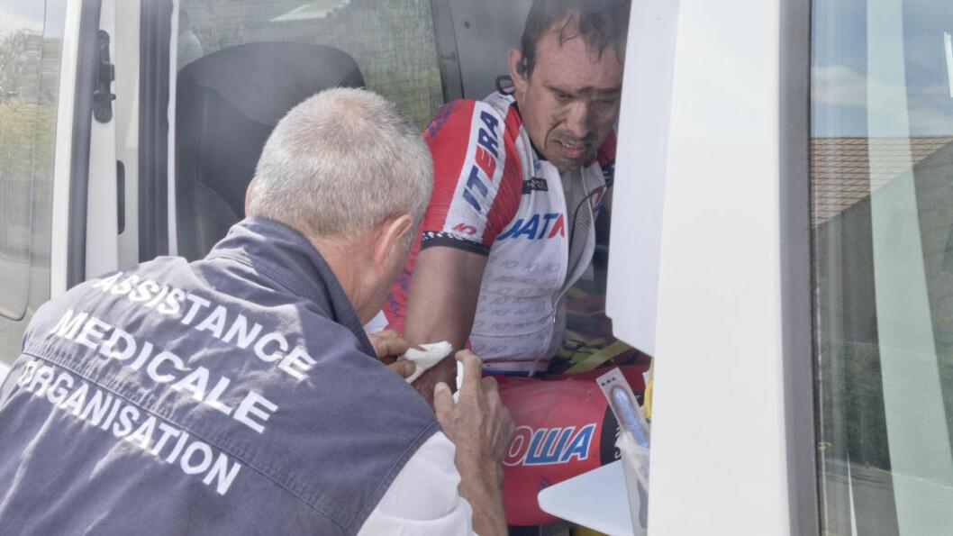 <strong>PUNKTERING OG VELT:</strong> Paris-Roubaix ble en brutal affære for Alexander Kristoff som måtte bryte underveis. Foto: NTB Scanpix