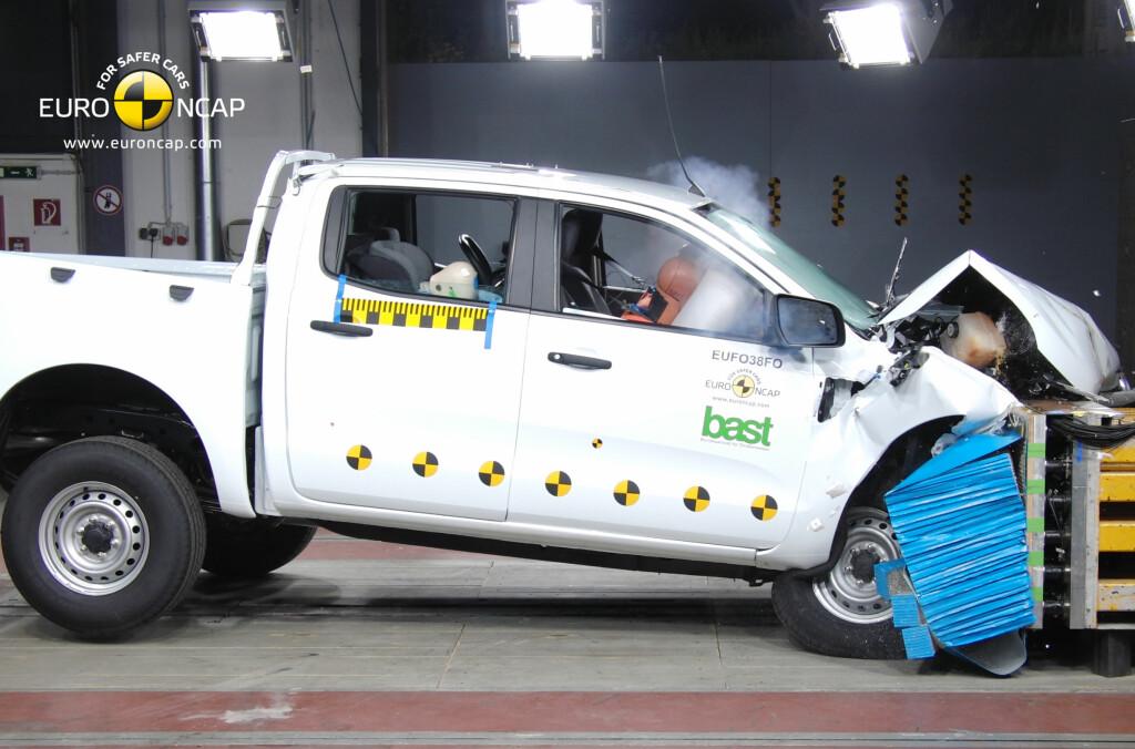 Som første pickup får Ford Ranger fem overbevisende stjerner i Euro NCAPs nyeste kollisjonstest. Her under frontalkrasjtesten. Foto: Euro NCAP