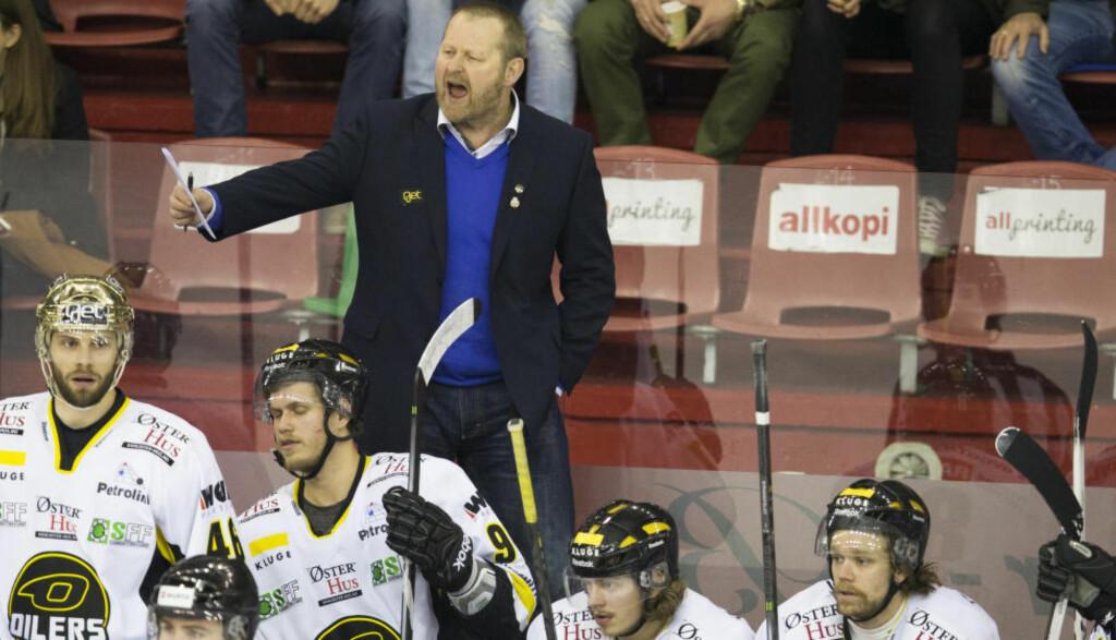PUSHER GUTTA: Stavanger Oilers-trener Petter Thoresen leder laget aktivt fra benken, og i kveld kan han lede Oilers til klubbens tredje strake NM-gull i ishockey - og det fjerde på fem forsøk. Men Vålerenga vil tvinge fram en sjuende og avgjørende kamp i Oslo, dersom de vinner kveldens kamp. Foto: Berit Roald / NTB scanpix