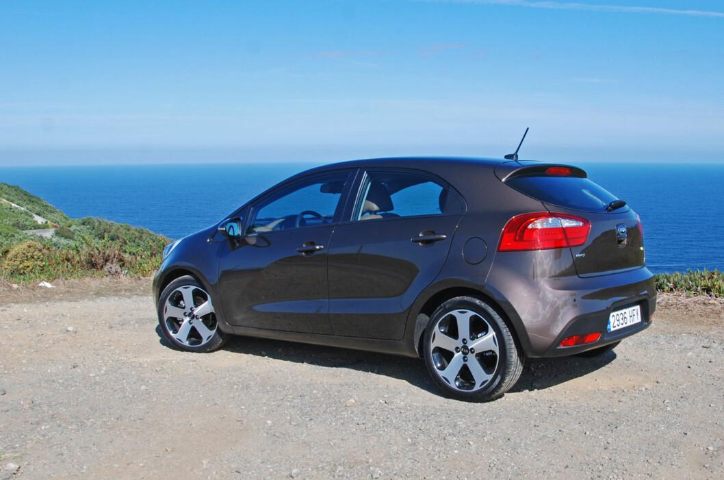 <strong>En trivelig bil:</strong> Nye Kia Rio står godt rustet til å sloss med kompakte - oftest mindre - konkurrenter som VW Polo, Ford Fiesta, Peugeot 207 og Toyota Yaris. Foto: Cato Steinsvåg