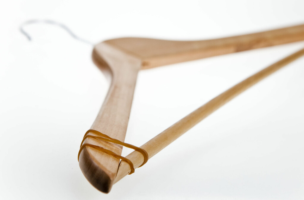 Et par omganger med gummistrikken rundt kleshengeren, gjør at klærene ikke så lett sklir av.   Foto: Per Ervland