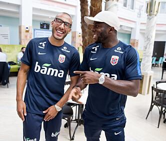 <strong>KOMPISER:</strong> Adama Diomandé hygger seg med kompiser på landslaget. Til venstre Haitam Aleesami, som nå spiller i Palermo. Foto: Håkon Mosvold Larsen / NTB scanpix