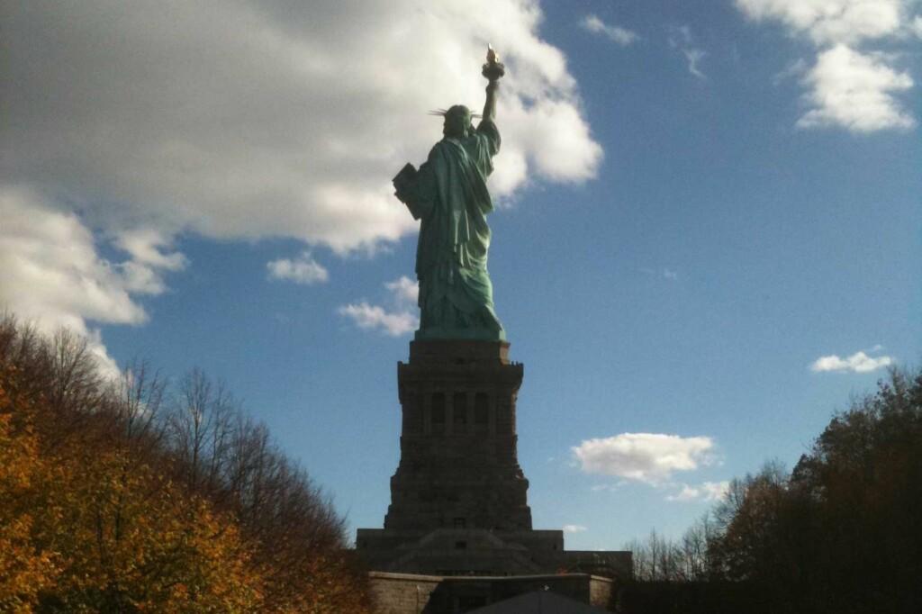 <strong>HOLDER SEG:</strong> Hun bærer alderen med verdighet, frihetsgudinnen i New York. Foto: Silje Ulveseth