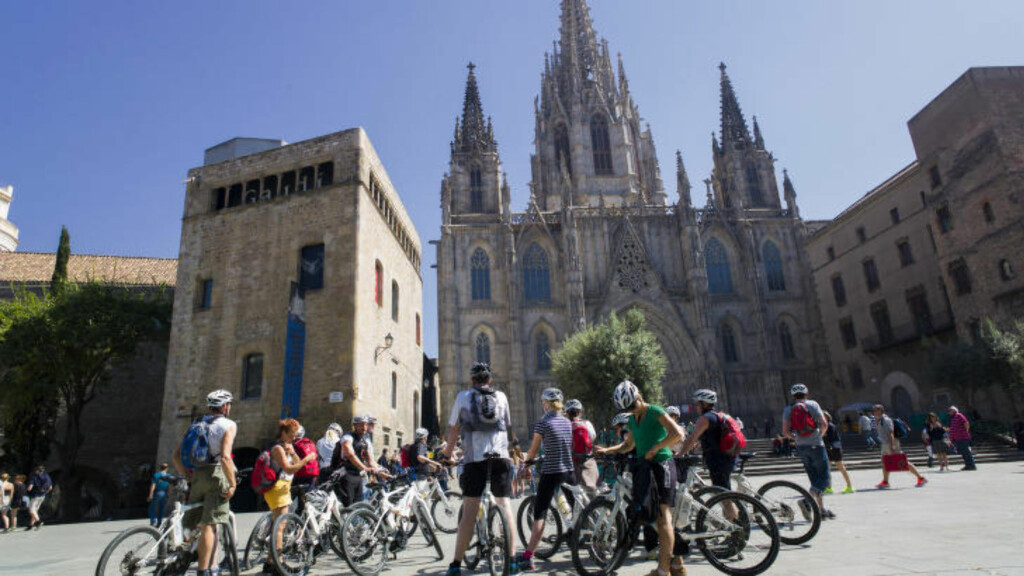 SYKKELTURISTER:  En gruppe sykkelturister gjør en fotostop foran Barcelonas katedral La Seu. Foto: JOHN TERJE PEDERSEN