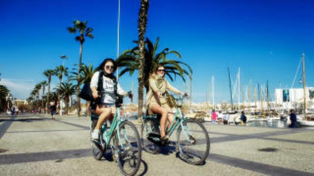 STRANDSYKLING:  Alle som besøker Barcelona bør leie sykkel, sier turistene Morfo Vrontzos (til venstre) og Alexandrar Haeberlin. Foto: JOHN TERJE PEDERSEN