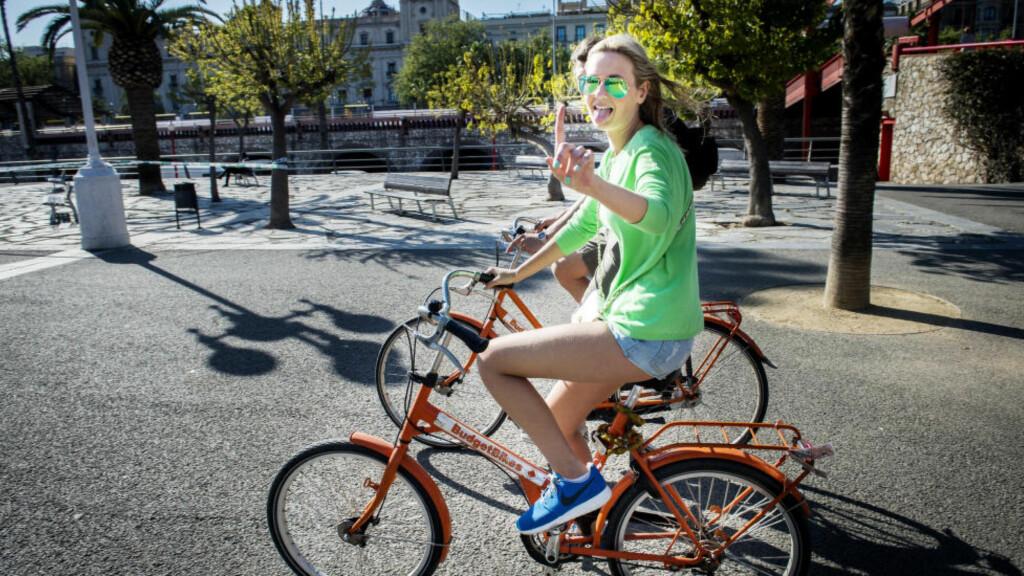 SYKKELGLADE: Blide turister sykler Barcelona rundt, ikke alle har tid til å stoppe.