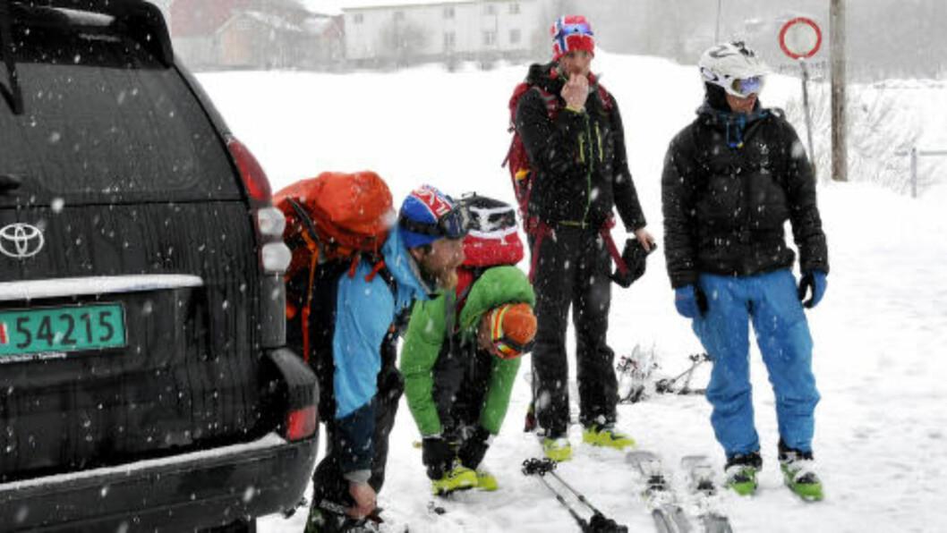 <strong>KREVENDE:</strong> Redningsmannskaper fra alpin redningsgruppe deltar i søket etter fire menn som er savnet i Sunndalsfjella. Dårlig vær i området gjør letingen utfordrende. Foto: Inge Nordvik / NTB scanpix