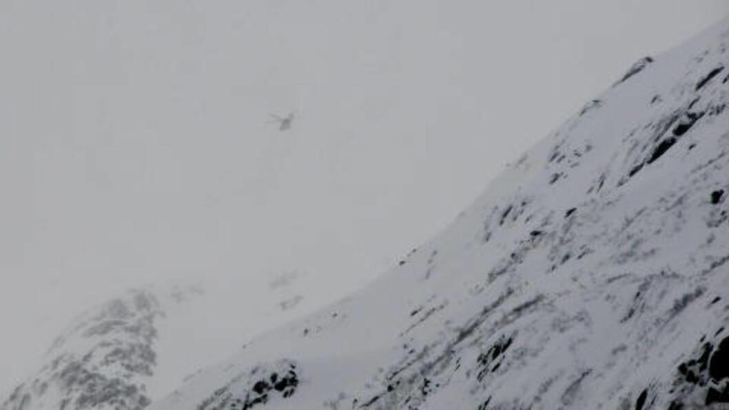 <strong>LETER:</strong> Et Sea King helikopter er satt inn i søket etter fire menn som er savnet i Sunndalsfjella. Foto: Inge Nordvik / NTB scanpix