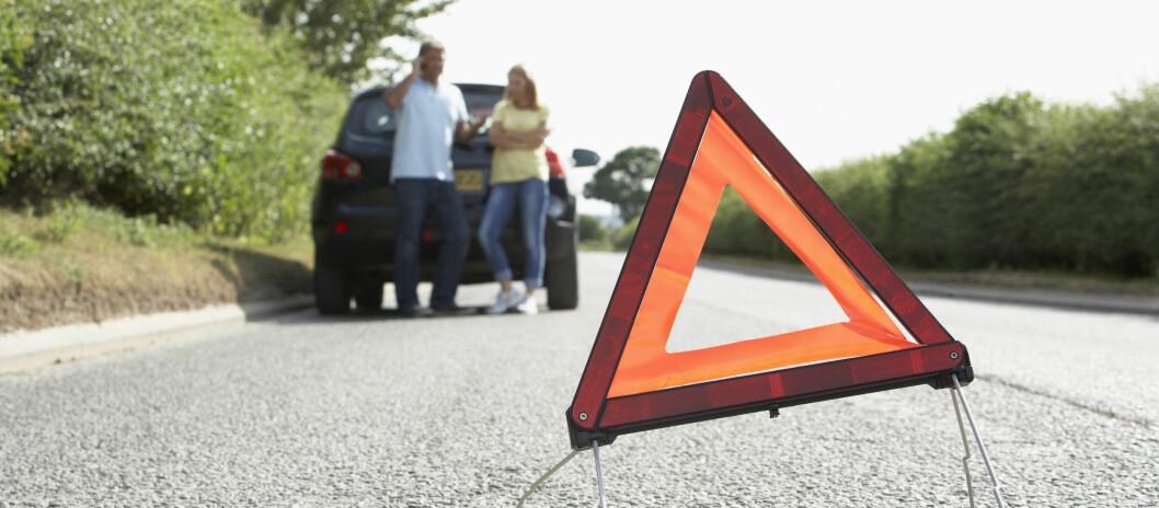 <strong><b>VARSELTREKANT SETTES OFTE FEIL:</strong></b> Setter du varseltrekanten langt nok unna bilen? Den skal stå minst 150 meter fra kjøretøyet. Foto: NTB SCANPIX
