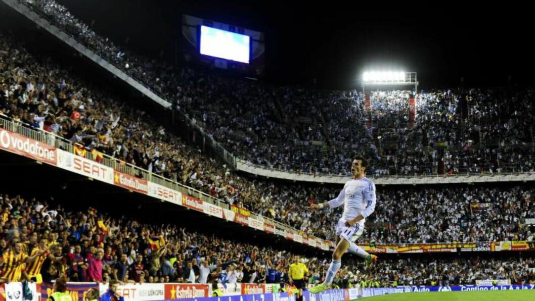 <strong>MANGE TAKK:</strong> Så glad ble Gareth Bale etter å ha avgjort sin første Copa del Rey-finale etter å ha parkert Barcelonas Marc Bartra på tampen av kampen. Foto: AFP PHOTO/ DANI POZO / NTB Scanpix