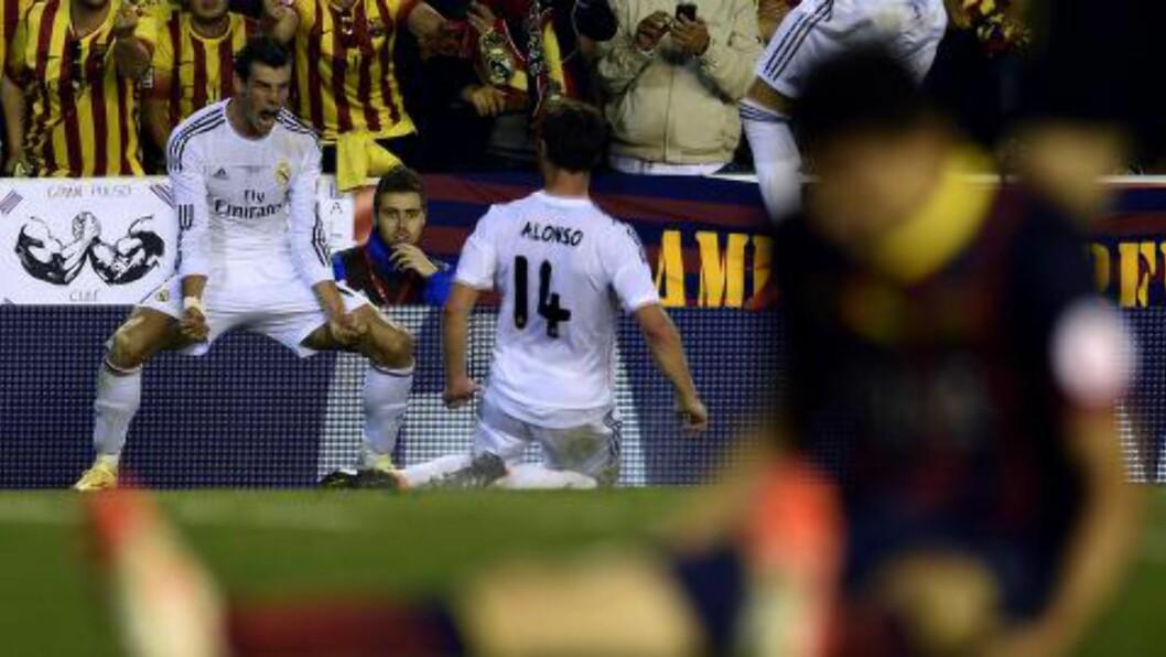 <strong>HELTEN:</strong> Bale (t.v.) feirer med Alonso etter å ha blitt matchvinner. Foto: AFP PHOTO / LLUIS GENE / NTB Scanpix