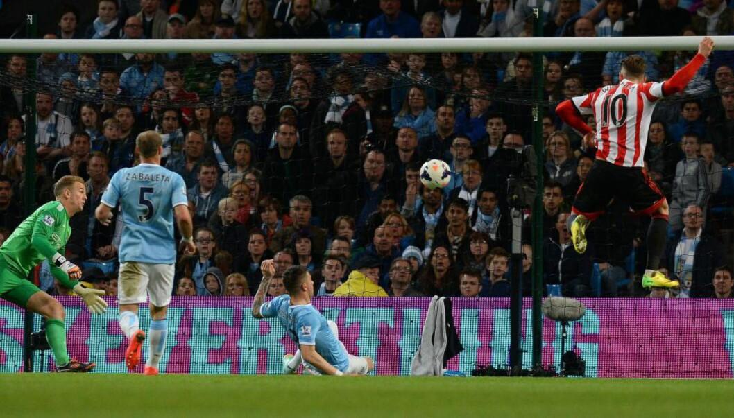 <strong>STOPPET CITY:</strong> Connor Wickham (t.h.) scorer sitt første av to mål mot Manchester City. Foto: Andrew Yates,  AFP / NTB Scanpix