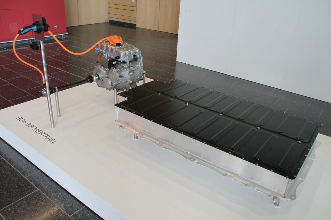 Så enkel er faktisk drivlinjen i i3. Et batteri med ladekabel og en motorpakke.