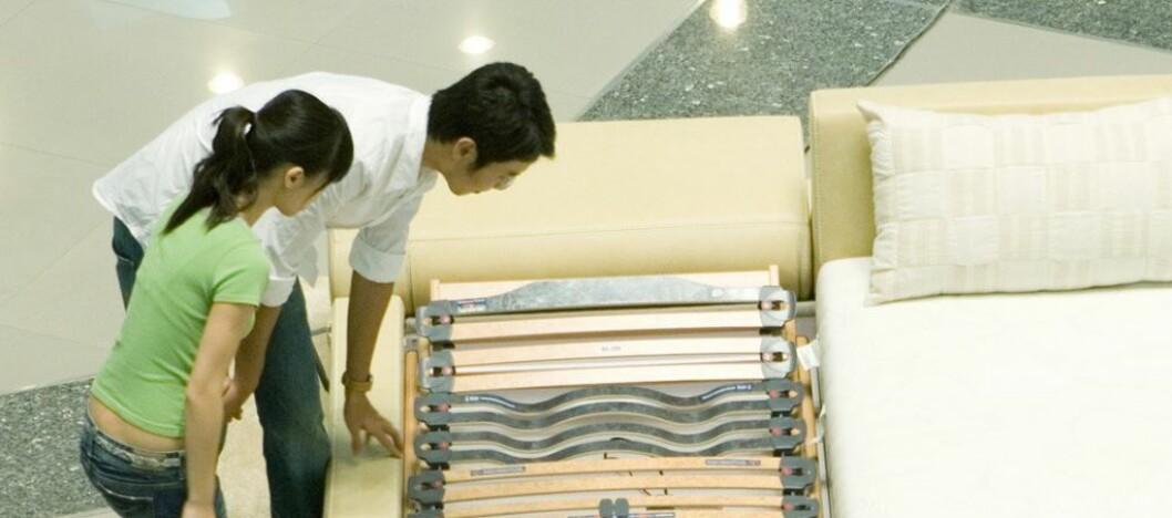 """<b>DU MÅ PRØVELIGGE!</b> Dette holder ikke - du må prøveligge, og det må du gjøre i """"god-stillingen"""", ifølge ekspertene. Foto: Colourbox.com"""