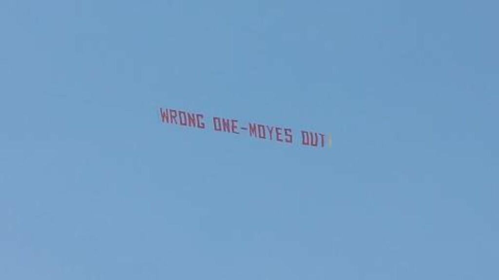 PROTEST: Et fly med dette banneret protesterte mot Moyes under seriekamp mot Aston Villa 29. mars. Foto: AFP PHOTO / ANDREW YATES