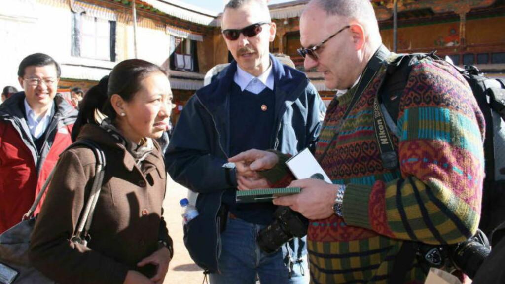 CHAMBERLAIN: - Det er en politikk omtrent som Chamberlains. Fred i vår tid, sier Olav Gunnar Ballo (t.h.) om mannen som etterfulgte ham som leder i Stortingets Tibet-komité, Olemic Thommessen. Her er Ballo i Tibets hovedstad Lhasa med en stortingsdelegasjon i 2008. Foto: Inger Bentzrud/Dagbladet