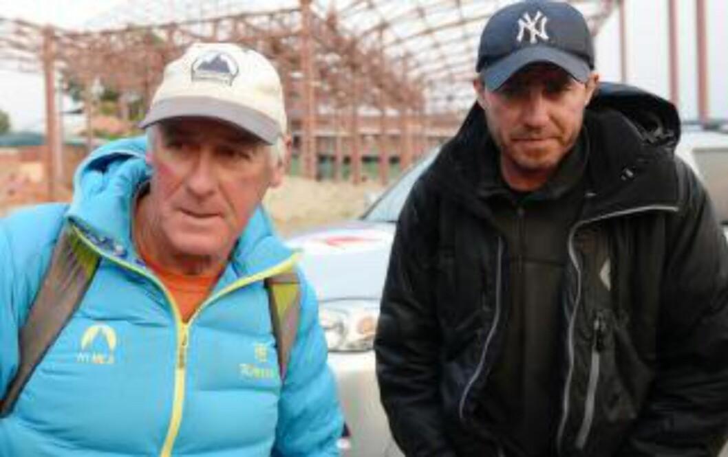 <strong> STORE ØKONOMISKE INTERESSER PÅ SPILL:</strong>  Klatrearrangørene Russell Brice  fra BNew Zealand (til venstre) og Phil Crampton fra Storbritannia tok privatfly fra base camp til Katmandu tirsdag for å forhandle med Nepals turistmyndigheter for å unngå at hele klatresesongen i Mount Everest blir avlyst. Foto: Prakash Mathema, AFP/NTB Scanpix.
