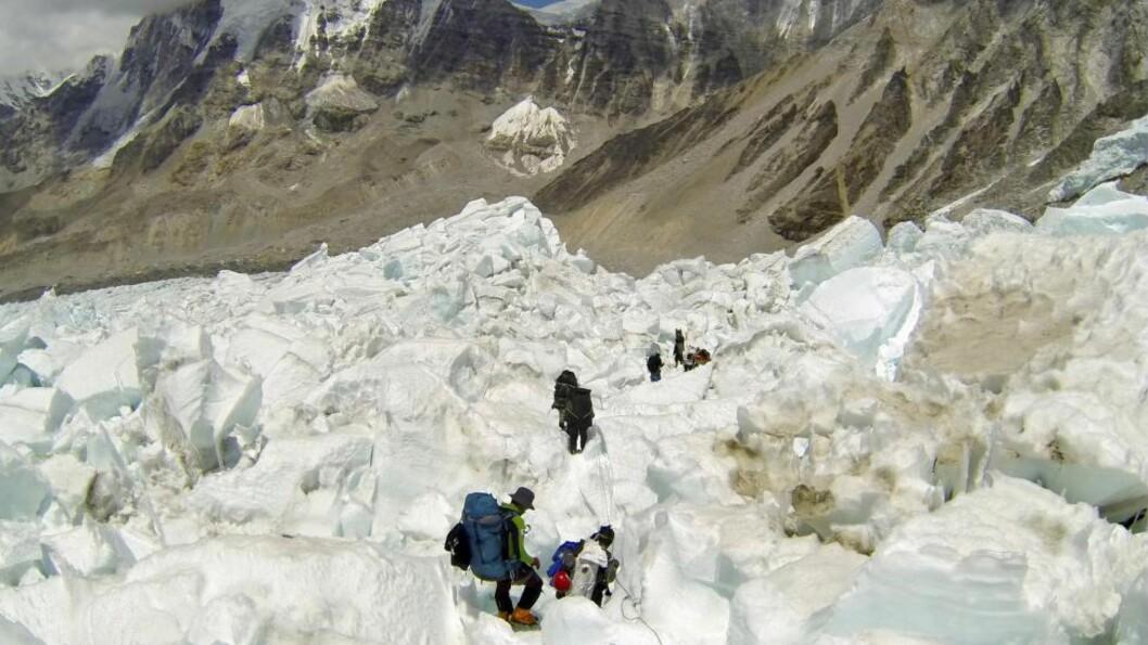 <strong> HER GIKK DET GALT:</strong>  Det var i dette breområdet 16 sherpaer mistet livet i snøskred på vei oppover langfredag. Dette bildet er fra mai 2013 med en ekspedisjon på vei nedover. Foto: Pasang Geljen Sherpa, AP/NTB Scanpix.