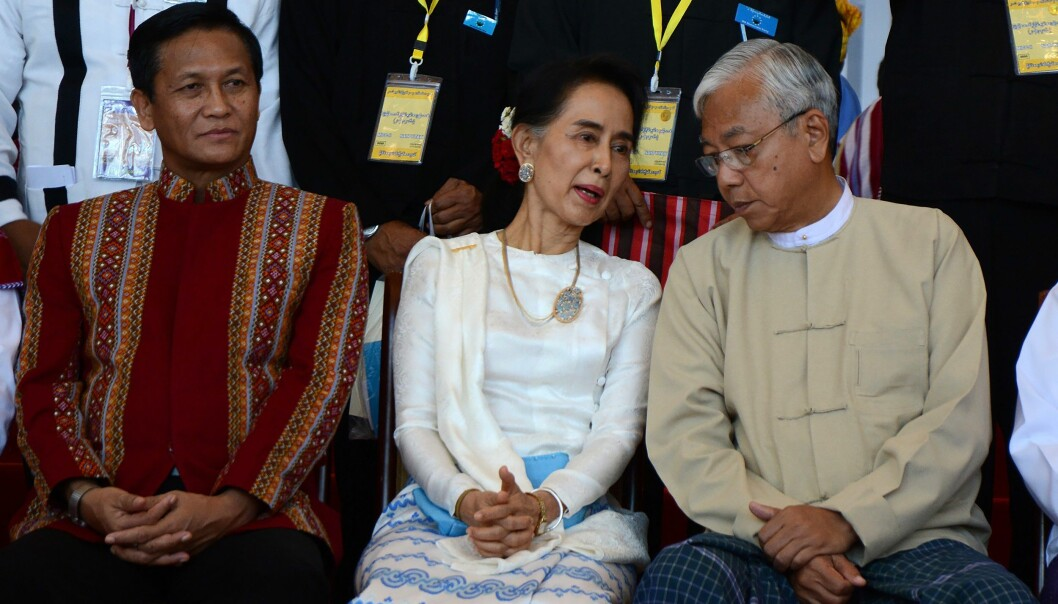 """Utenriksminister og """"state counselor"""" Aung San Suu Kyi (i midten), president Htin Kyaw (høyre) og visepresident Henry Van Thio (venstre) på fredskonferanse 31. august 2016. / AFP PHOTO / AUNG HTET"""