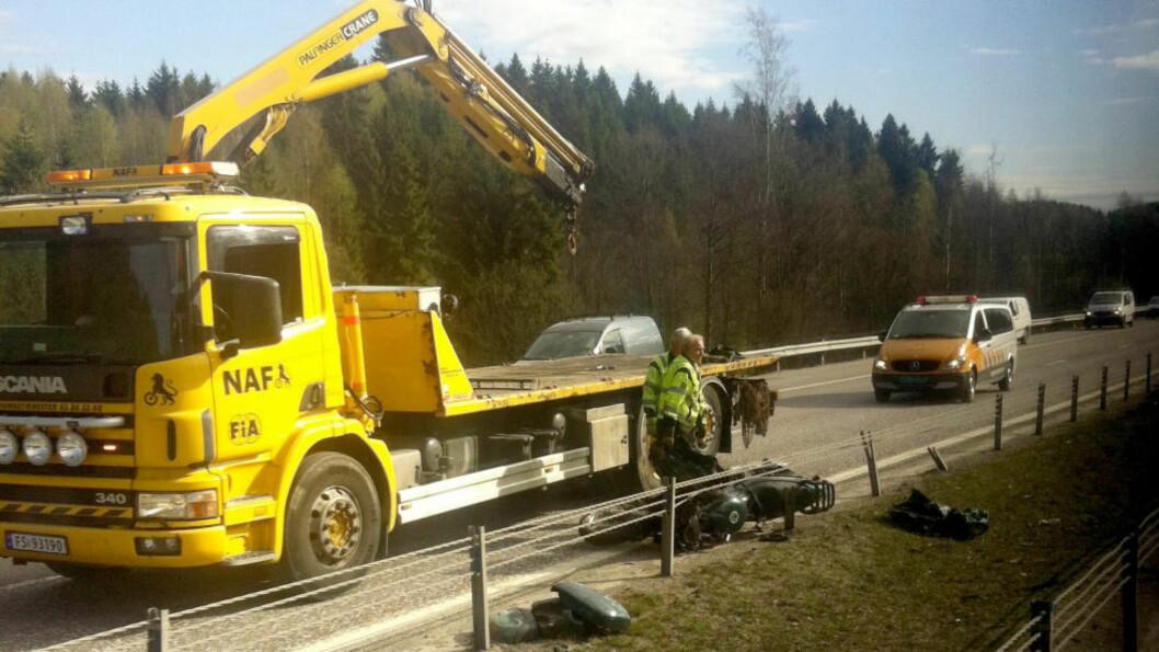<strong>SINGELULYKKE:</strong> Bergingsfolk i arbeid på stedet der en motorsyklist ble skadet ved avkjøringen til Frogner på  E6 mellom Oslo og Gardermoen onsdag. Foto: Christine Holmen / NTB scanpix