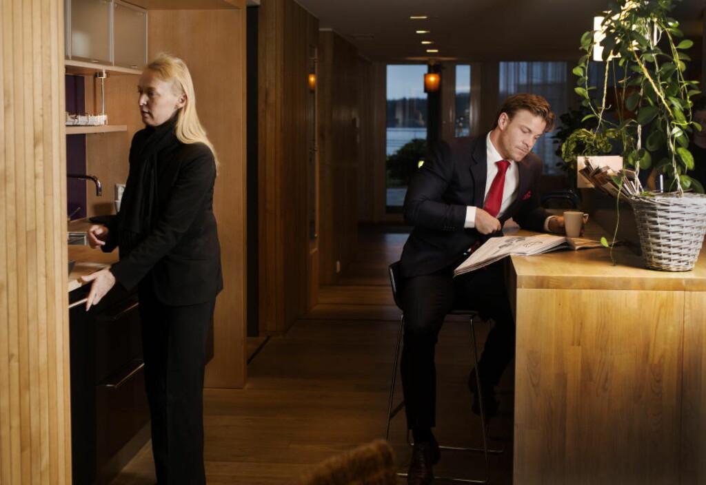 NY DAG: Kjell-Ola Kleiven starter dagen med kaffe i resepsjonen, der Anne Liabø er vertinne. - Jeg kaller henne for «Rent-a-mom», sier Kleiven. Foto: AGNETE BRUN