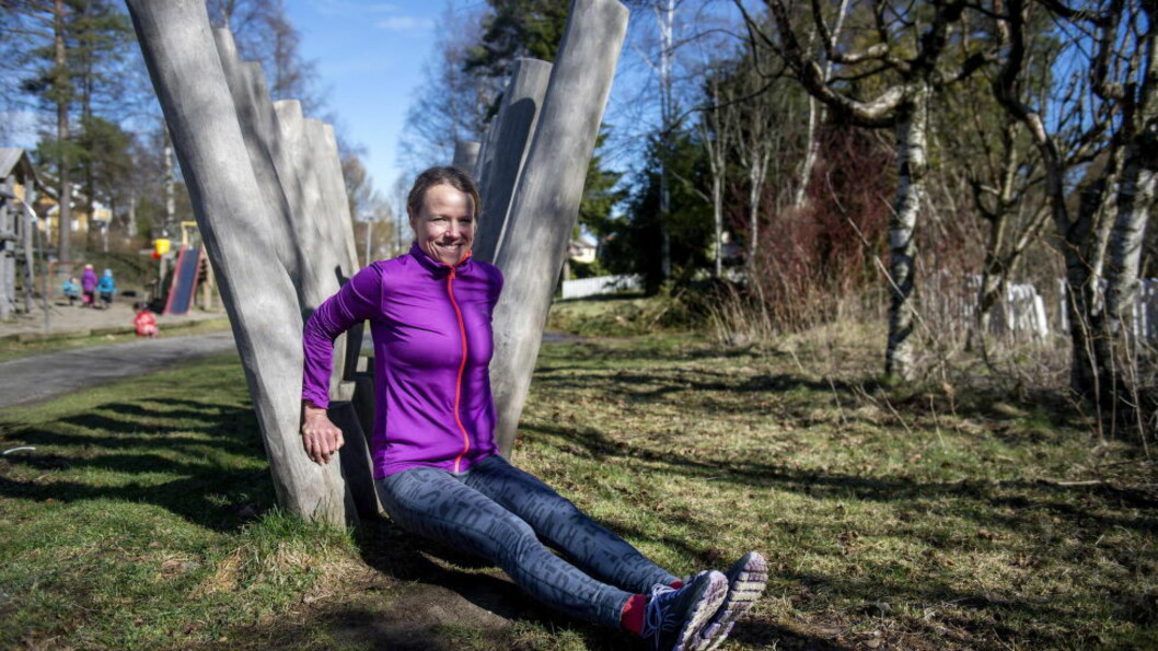 <strong>UTETRENING:</strong> Treningsekspert Beate Torset fra NIH, har satt sammen et treningsprogram for oss der hun bruker lekeplassen og parken. Foto: ØISTEIN NORUM MONSEN