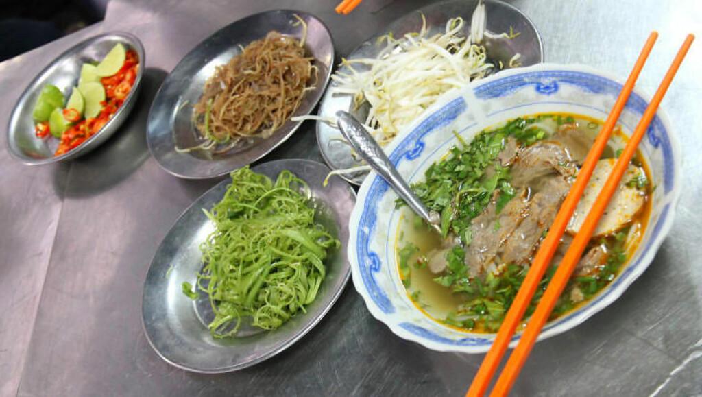 STERK SUPPE: Suppa heter Bon bo Hue, og stammer fra Hue i nord. Maten derfra er generelt sterkere, på grunn av kjøligere klima, forteller guiden. Foto: RUNAR LARSEN