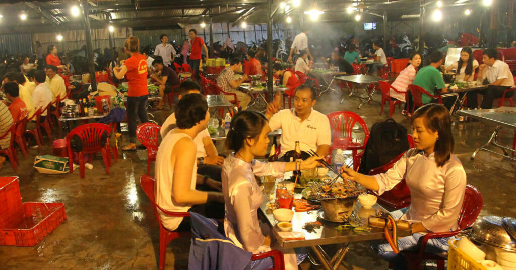 FANTASTISKE MATOPPLEVELSER: Glem fancy restauranter og dyr luksus. Det er enkle gaterestauranter og provisoriske boder som byr på de beste matopplevelsene i Vietnam. Foto: RUNAR LARSEN