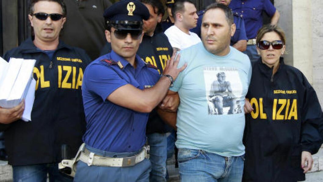 <strong>TATT:</strong> Politiet med mafiabossen Cesare Pagano i 2010. Foto: REUTERS/Ciro De Luca