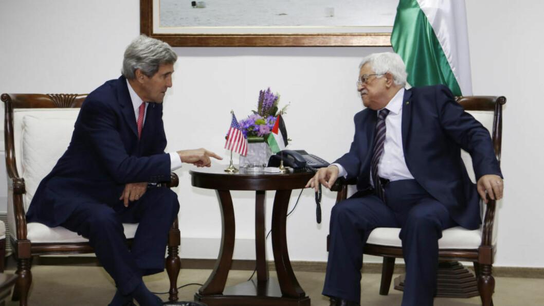 <strong>KOM INGEN VEI:</strong>  Palestinernes president, Mahmoud Abbas, og USAs utenriksminister John Kerry har vært i en rekke møter og forhandlinger de siste månedene, uten at de klarte å finne noen løsning på den stadig mer kompliserte konflikten mellom Israel og palestinerne. Foto: Mohamad Torokman/Ap/Scanpix