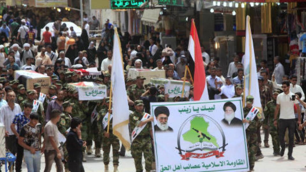 <strong>BEGRAVELSE:</strong>  Medlemmer av sjia-gruppa Asaib Ahl al-Haq hedrer de 30 personene som ble drept idet de forlot et valgmøte i hovedstaden Bagdad fredag. Foto: Alaa Al-Marjani/Reuters/Scanpix