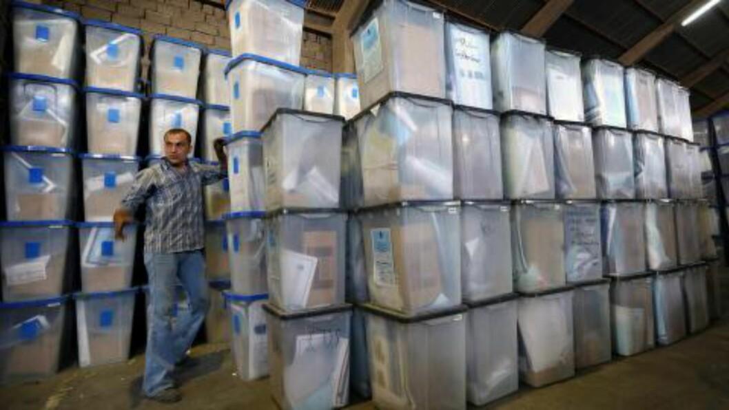 <strong>KLARE FOR VALG:</strong>  En irakisk statsansatt i de kurdiske områdene nord i Irak holder orden på valgsedlene som skal brukes denne uka. Foto: Safin Hamed/Afp/Scanpis