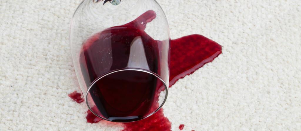 Rødvin på hvitt teppe...! Men det er mulig å fjerne.  Foto: Colourbox.com