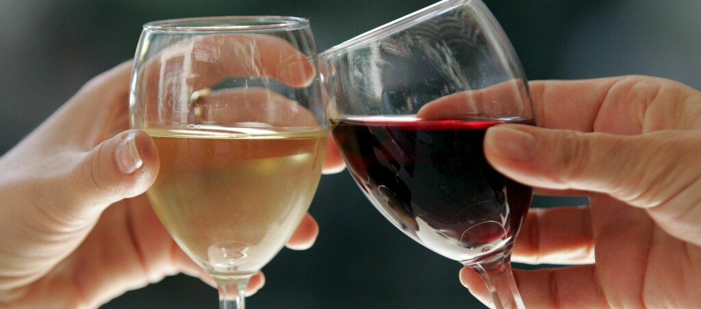 Skyscanner har testet ut 24 viner fra ulike flyselskapet, og laget en liste over de fem beste hvitvinene og rødvinene. Foto: COLOURBOX