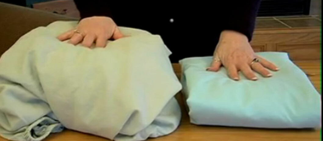 <strong><b>Disse laknene er like:</strong></b> Hvordan ser dine formsydde laken ut når du legger dem i skapet? I videoen under kan du se hvordan du får til varianten til høyre. Foto: Livingonadime.com