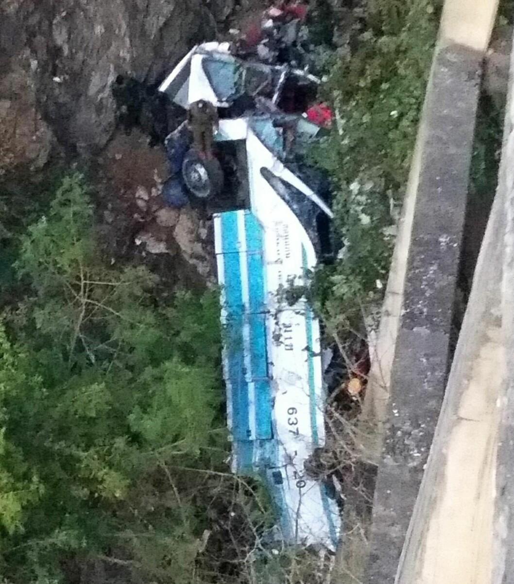 <strong>STYRTET I DØDEN:</strong> Bussen kjørte av brua, som er en av Thailands høyeste, i Phetchabun-provinsen nordøst i landet. Minst 29 mennesker omkom. Foto: SCANPIX/AFP PHOTO