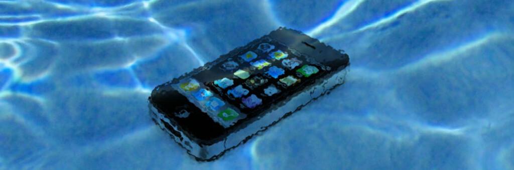 Det første du må gjøre når mobilen blir våt er å skru den av og - om mulig - ta ut batteriet. Men selv en iPhone kan reddes, hvis du er heldig. Foto: Illustrasjon, DinSide.no