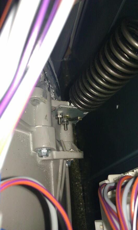 <strong><b>LØSNINGEN:</strong></b> Alsos fikset vaskemaskinen selv ved å forsterke festet med en tynn metallplate. Foto: Helge Alsos