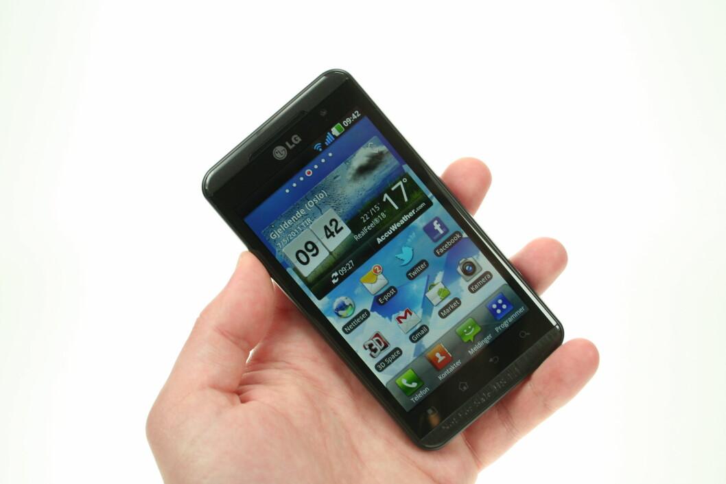 <strong><B>ALT ANNET ENN BESKJEDEN:</strong></B> LG Optimus 3D er ikke for deg som vil ha mobilen liten og lett. Den har en skjerm på 4.3 tommer, og veier nesten 170 gram. Foto: Øivind Idsø