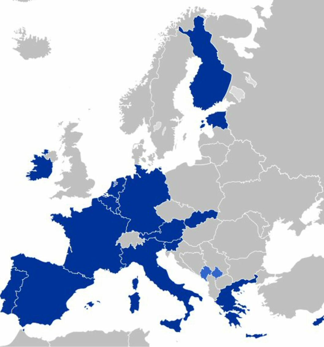 Disse landene bruker euro i dag. Lyseblått indikerer land som ikke er offisielt med i euro-sonen, men som bruker euro likevel. De er ikke med blant de 17. Foto: Wikipedia Commons