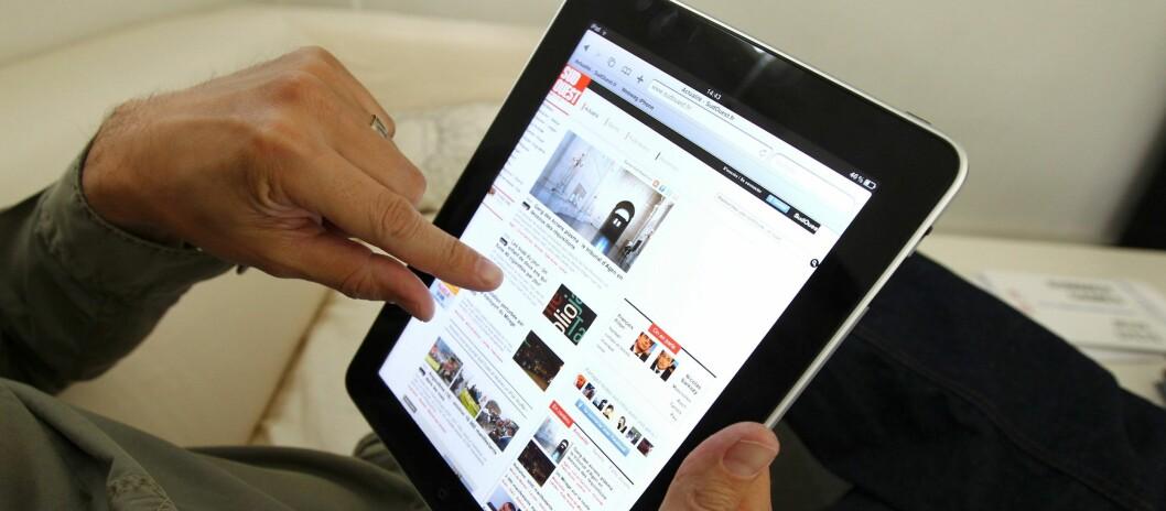 <strong>KLØR I FINGRENE:</strong> For enkelte er det svært vanskelig å la iPaden ligge igjen hjemme på ferie. Foto: Colourbox