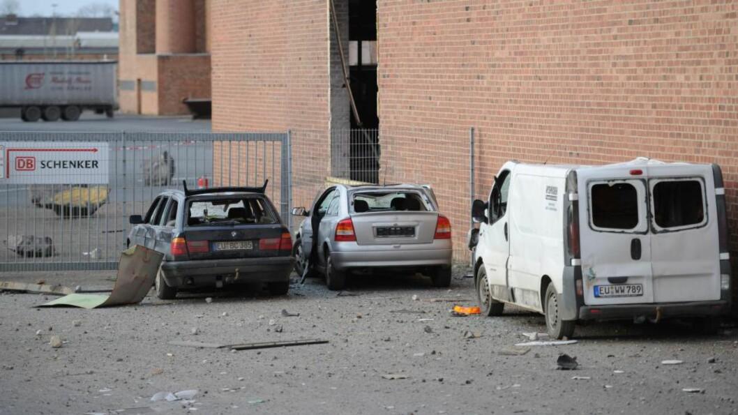 KRAFTIG: Biler i nærheten av eksplosjonen ble ødelagt, og det ble meldt om voldsomme trykkbølger. Foto AFP Photo /DPA/ MARIUSBECKER